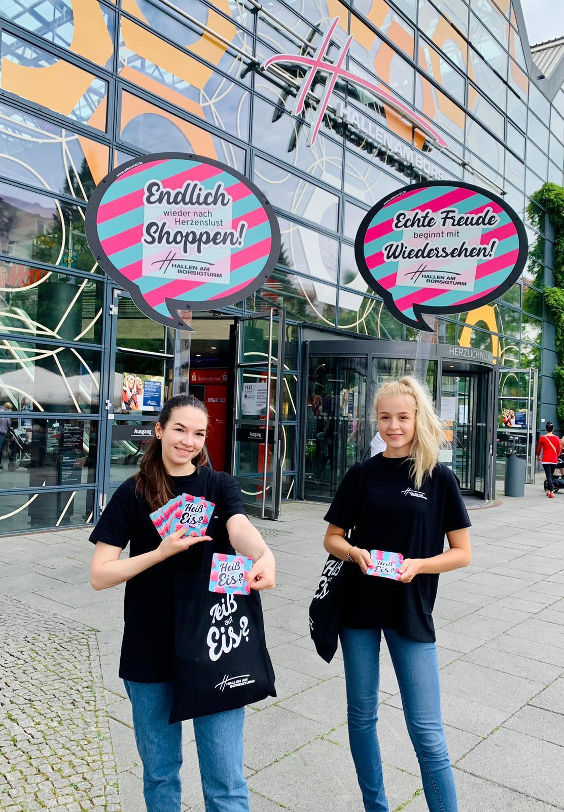 Eiscreme Promotion vor den Hallen am Borsigturm als Teil der Crossmedia Kampagne